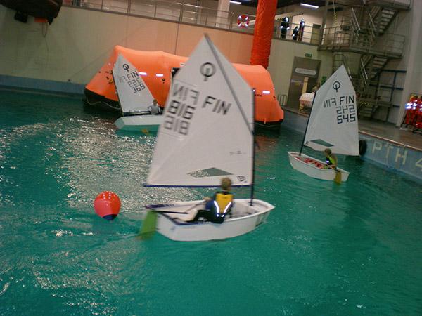Meripelastuksen halli Lohjalla palvelee myös optarivalmennuksessa.