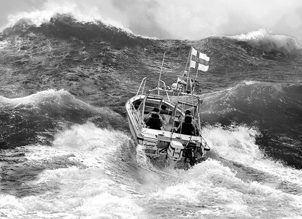 M/y Finnfaster Pohjanmerellä. Kuvakollaasin on laatinut taiteilija Anssi Asunta ajankohdan tarkkojen sää-, tuuli-  ja aaltotietojen mukaan.